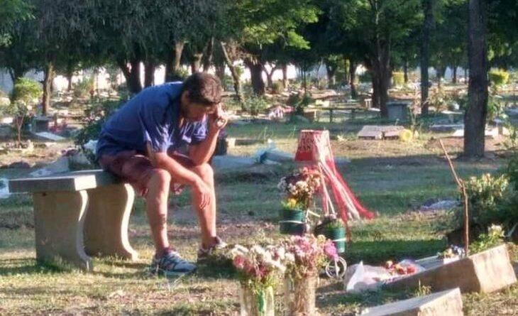 Emotivo: Un padre escucha los partidos de San Martín de Tucumán junto a la tumba de su hijo